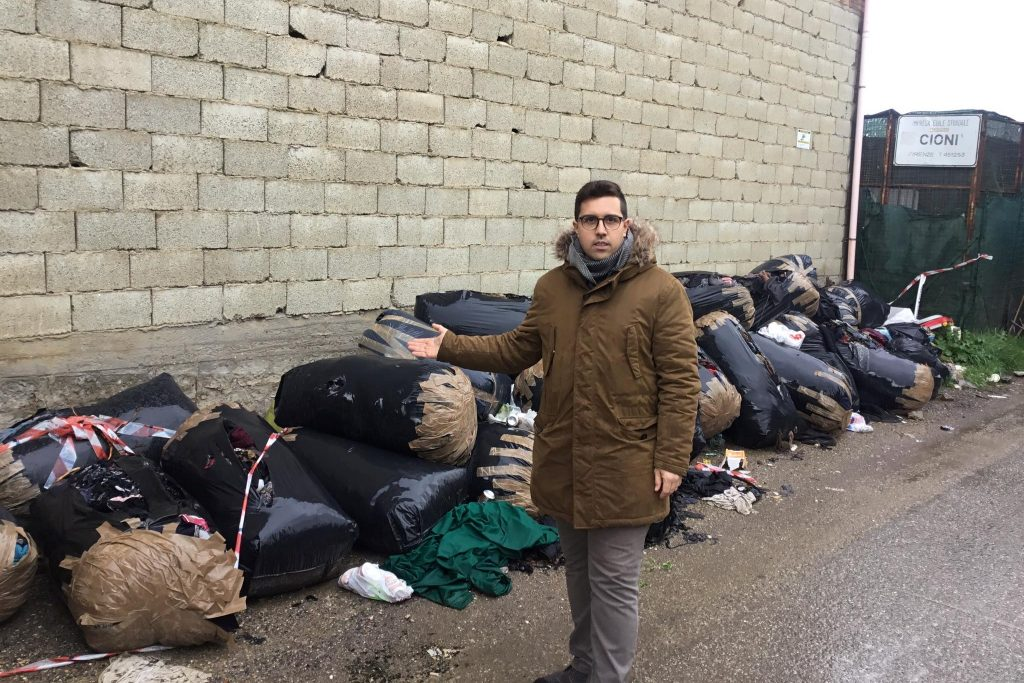 Campi, Gandola scarti tessili abbandonati in via Carcerina