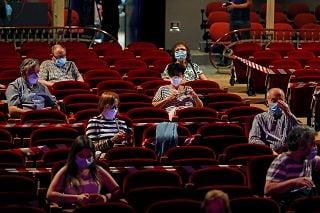 Cinema: niente ordinanza per togliere la mascherina