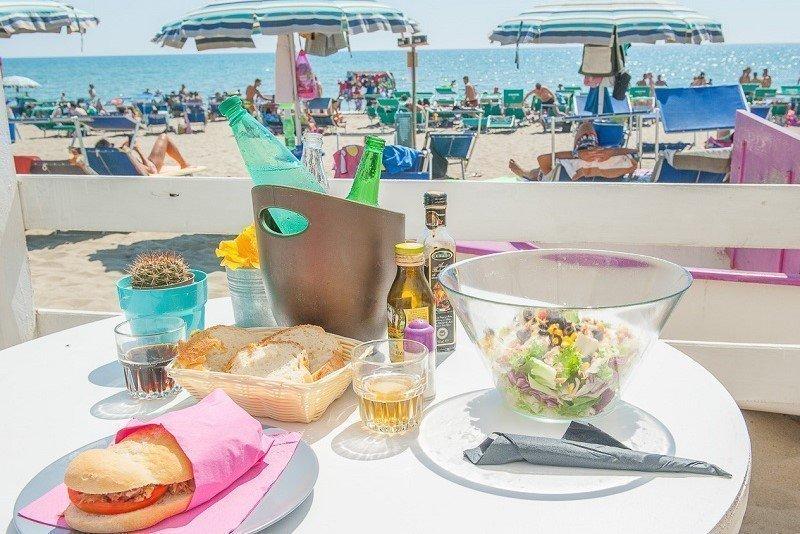 Massa, proposta ai balneari: pasti sotto l'ombrellone