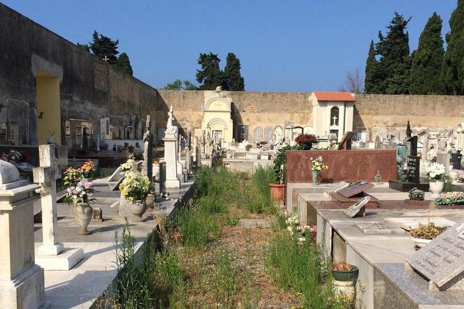 Cimitero di Cecina: degrado, sporcizia, strutture fatiscenti