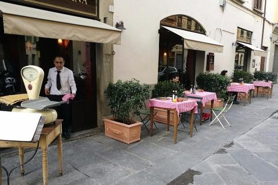 Firenze: Bene tavolini all'aperto, ma spostare al pranzo