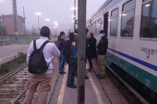 Treni, Ponticino: passeggeri scaricati come sacchi di patate
