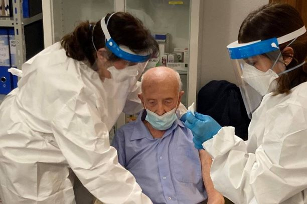 Riceve vaccino a 103 anni, finisce sotto attacco della rete