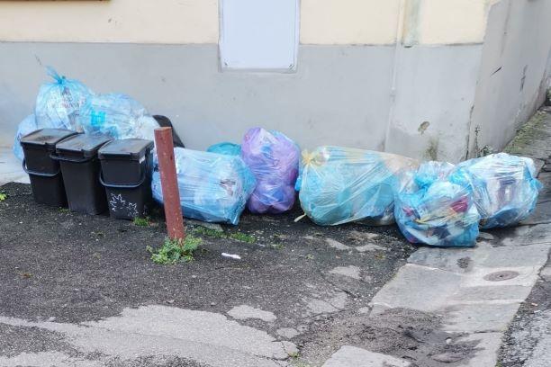 Borgo San Lorenzo: i rifiuti restano per strada