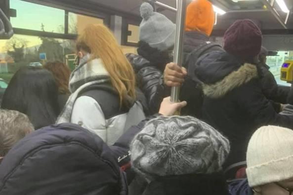 Ristoranti e bar chiusi, bus affollati. E il distanziamento?