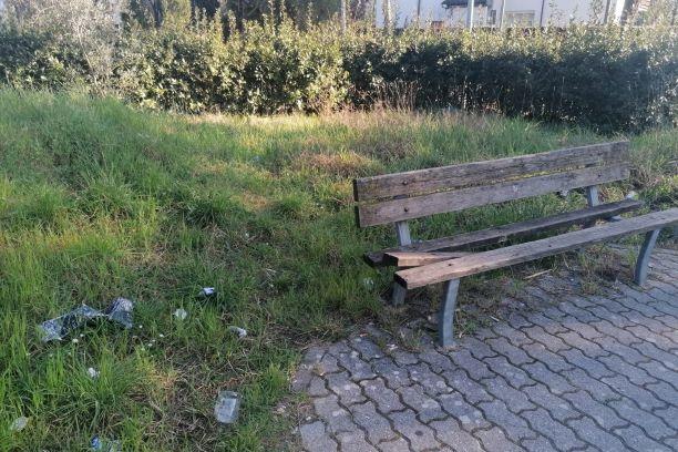 Sesto Fiorentino: panchine rotte e rifiuti abbandonati