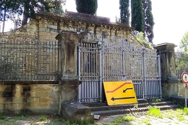 Firenze: Degrado fuori dal Cimitero degli Inglesi