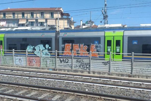 Trenitalia, 5 treni Minuetto vandalizzati